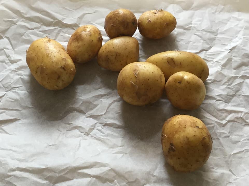 Rohe Kartoffeln auf einem Papier.