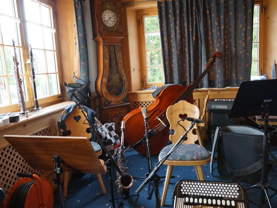 In einem Raum stehen Instrumente, Stühle und elektrische Geräte in einem wilden Durcheinander beisammen.