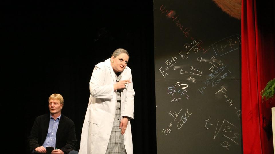 La directura da la chasa da narramenta Mathilde von Zahnd (Leonie Bandli).