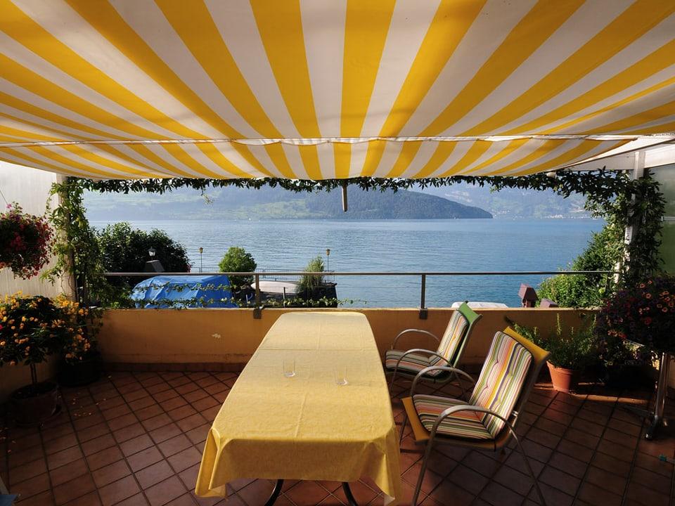 Balkon mit Blick direkt auf den See.