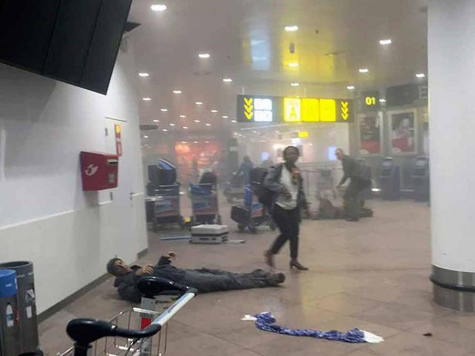 Ein verletzter Mann liegt am Boden.