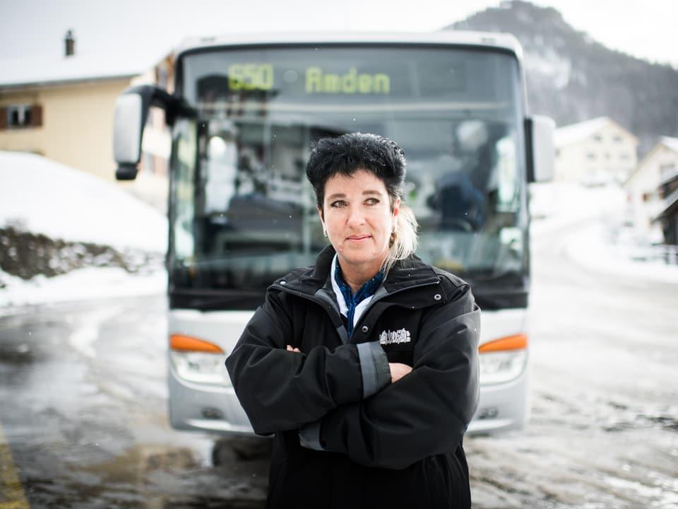 Bea vor ihrem Bus.