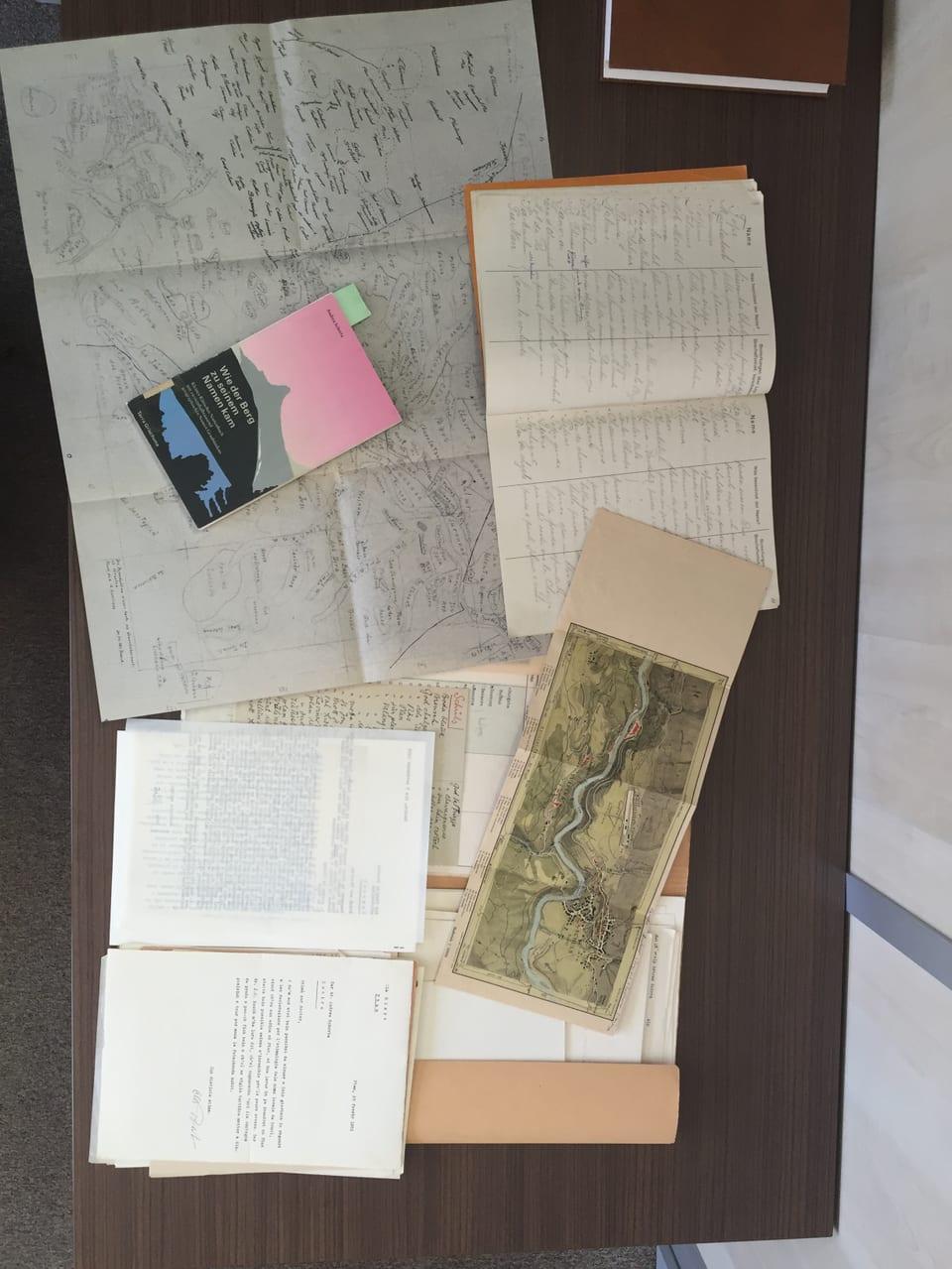 Cartas da cuntrada cun nums vegls da muntognas.