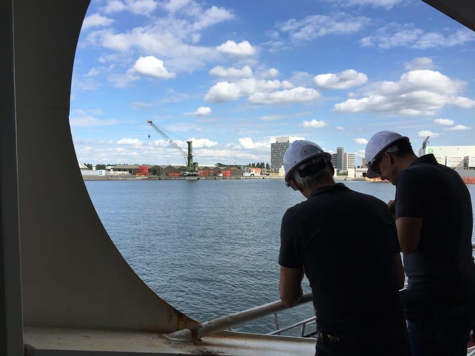 Ton- und Kameramann auf Schiff.