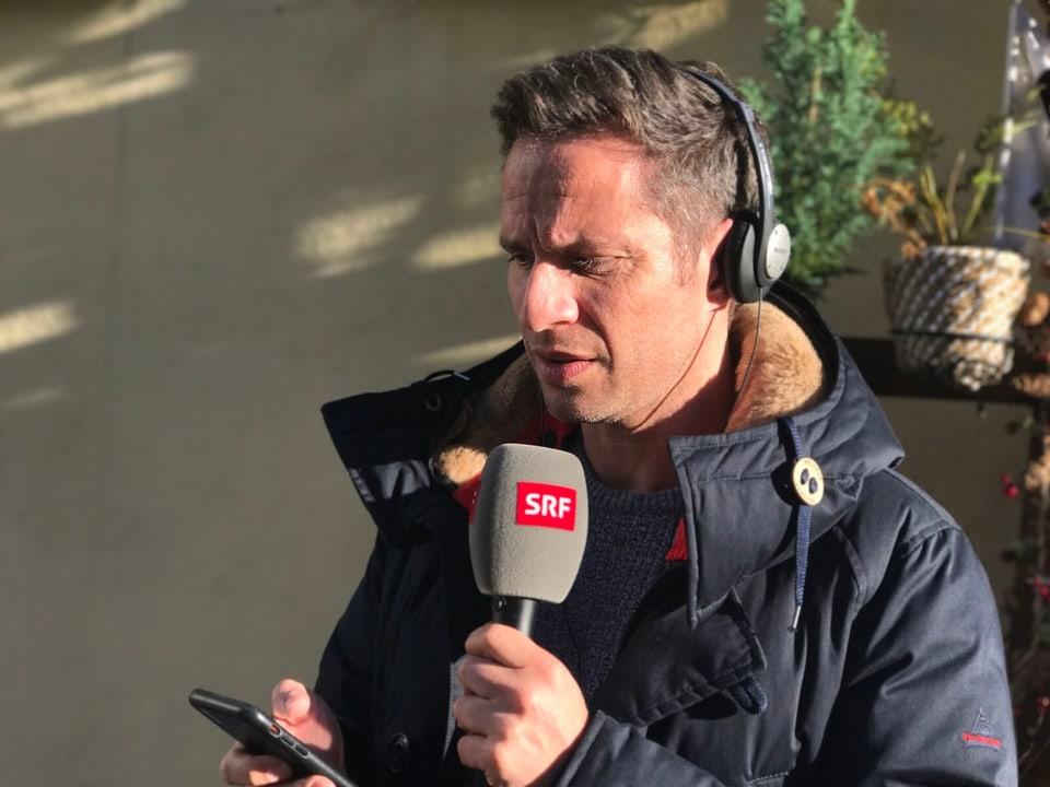 Adrian Küpfer mit Mikrofon.