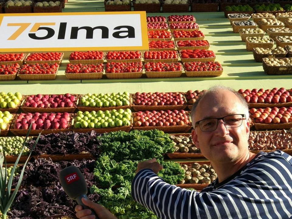 Marcel vor Gemüsekörben