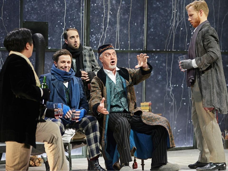 Armin Caduff (amez) tar la producziun «La Bohème» da Puccini a Lucerna. Er il figl Flurin (en tschop cun quaders) è sin tribuna.