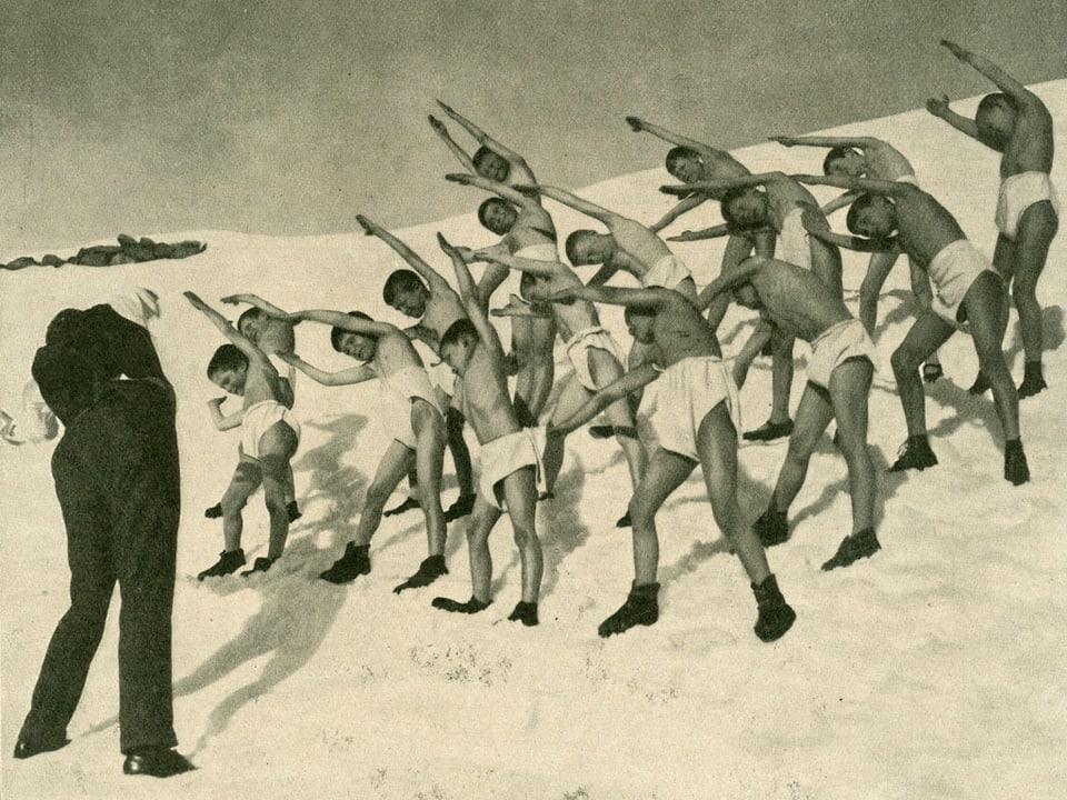 "Il uffant sal ""Deutsches Kriegerheim"" enturn l'onn 1930 fan gimnastica en il liber."