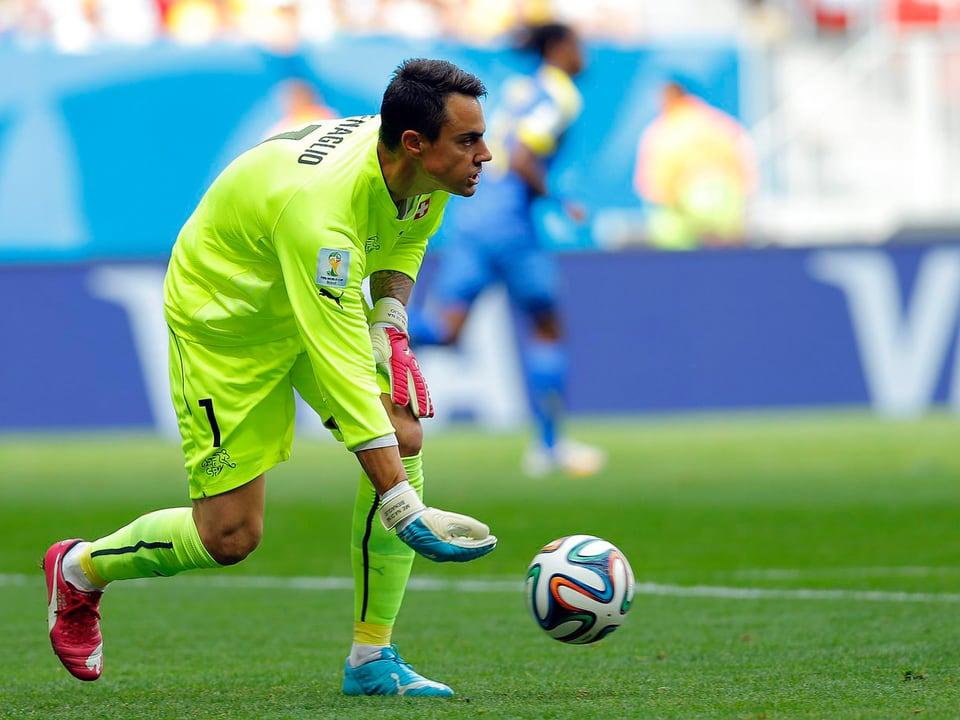 Diego Benaglio rollt den Ball auf dem Boden.
