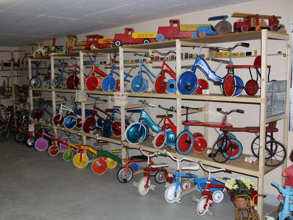 Sammlung von alten Kinderdreiräder