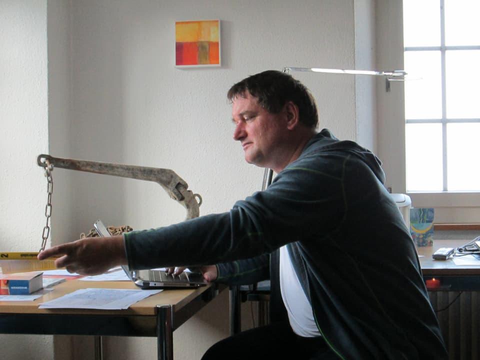 Vorsteher des Klosters Rapperswil Bruder Adrian in seinem Büro