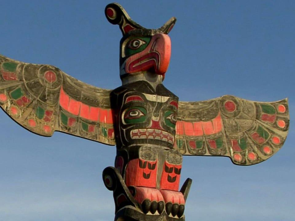 Donnervogel: Das mythische Wappentier ziert den mächtigen Totempfahl und kündet von Ruhm und Reichtum der Indianerstämme der Pazifikküsten Nordamerikas (Grossaufnahme von Spitze von Totempfahl).)