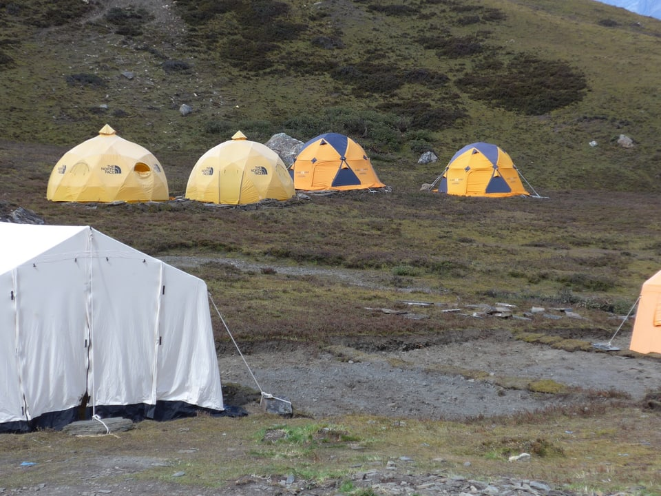 Plattformen mit Kies für Zelte.