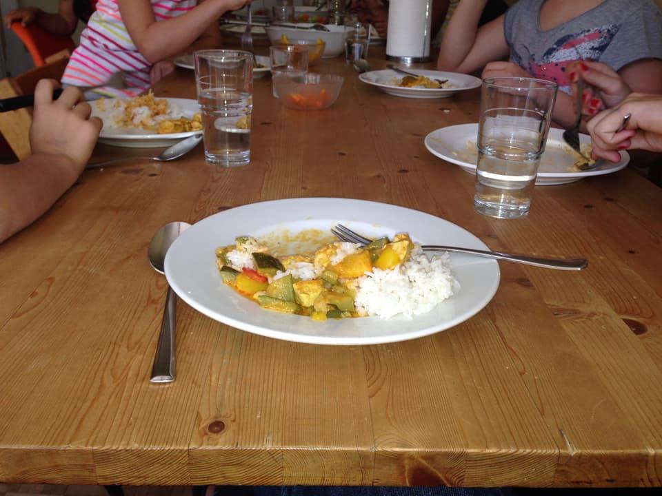 Teller mit Reis und Gemüse.