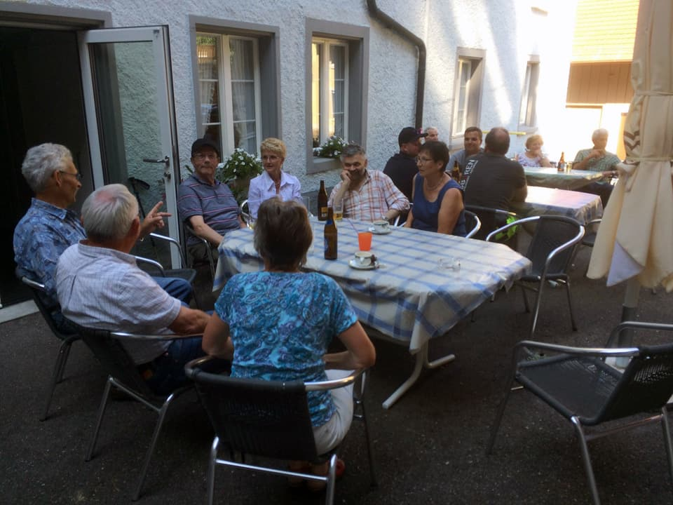 Gäste im Aussenbereich eines Restaurants.
