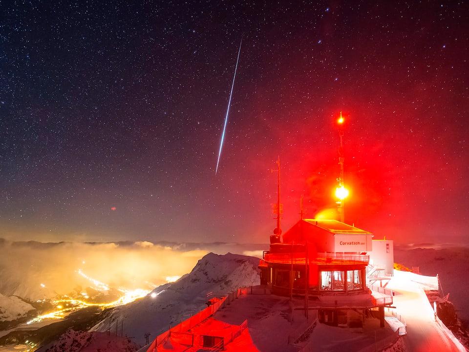 Sternschnuppe am Himmel über der Bergstation des Corvatsch.