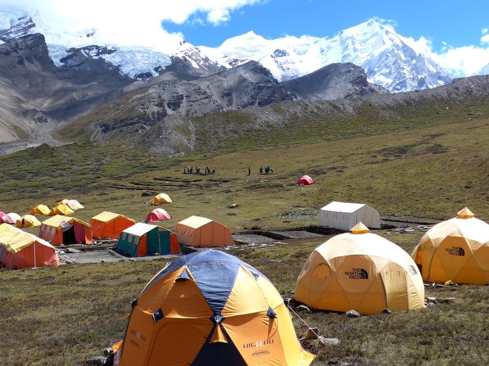 Zelte und Bergen im Hintergrund.