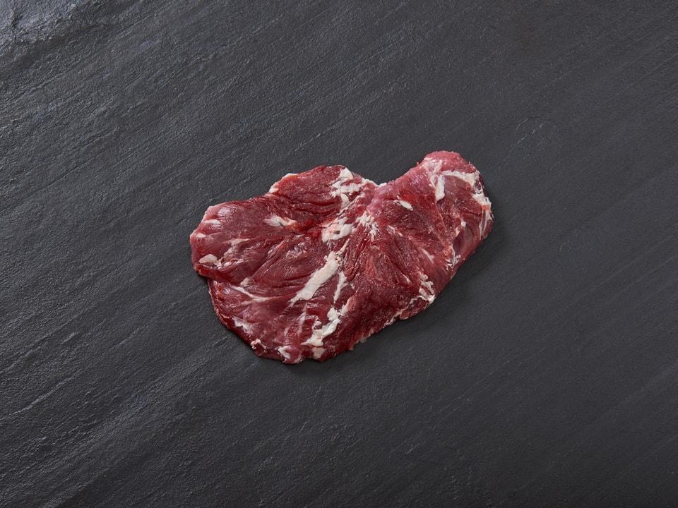 Ein Fleisch auf einer grauen Schiefertafel