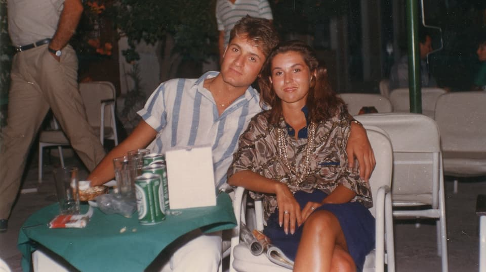 Claudia und Pete sitzen frischverliebt am Tisch im Urlaub, damals, vor etwa 40 Jahren.