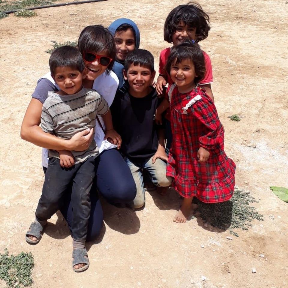 Anigna cun uffants en il camp da fugititvs en il Libanon.