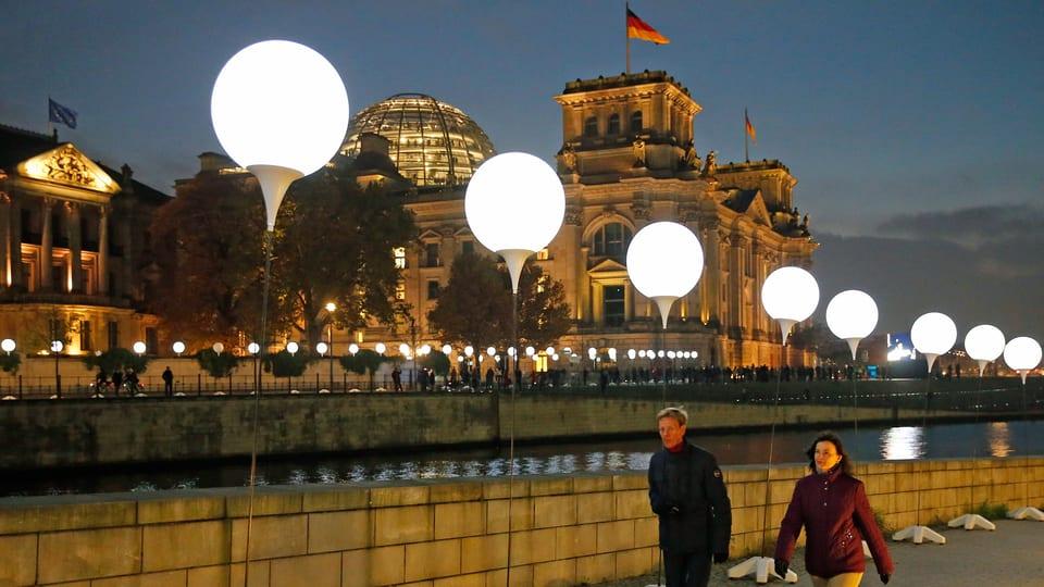 Panorama Diese Mauer Verzuckt Berlin 7000 Lampen Zum Mauerfall News Srf