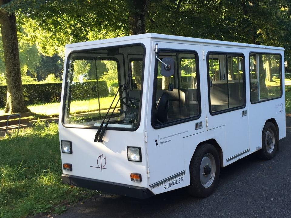 Weisses Elektromobil auf dem Friedhof.