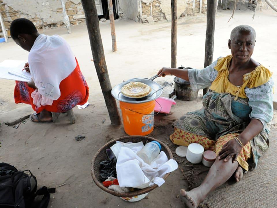 Ashia Ramaidani Wema am Boden sitzend.