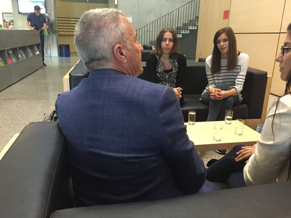 Reto Lipp spricht mit Studenten.