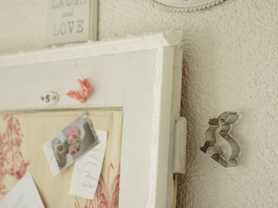 Hasen-Guetzli-Form an einem Bildernagel aufgehängt.
