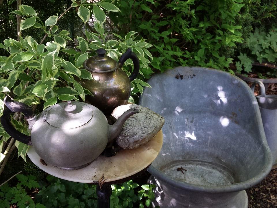 Teekanne im Garten.
