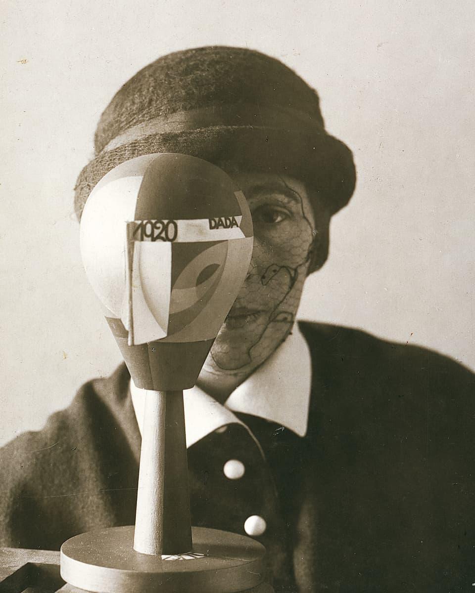 """Purtret da Sophie Taeuber cun in chau da DADA"""" (1920)- fotografia da Nic Aluf."""