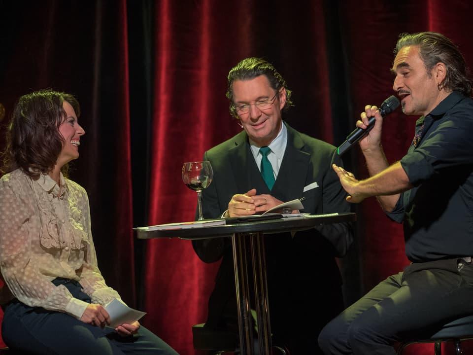 Mona Vetsch mit den Künstlern Stephan Eicher und Martin Suter.