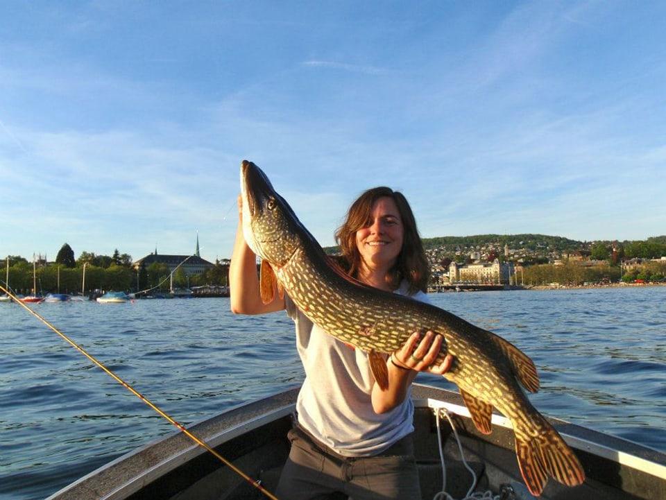 Daniela Misteli ist 28 Jahre alt und fischt seit ihrer Kindheit. Jede freie Minute verbringt sie mit Fischen, auch ihren Mann hat sie beim Fischen kennengelernt.