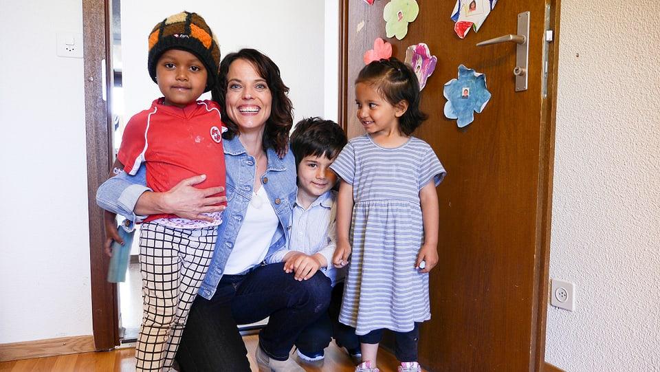Mona mit asylsuchenden Kindern aus Eritrea, Afghanistan und Syrien