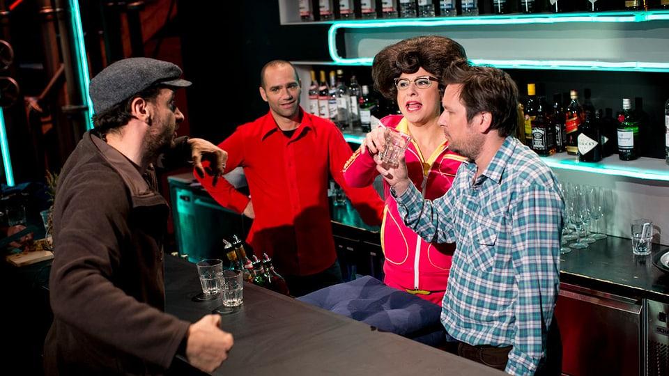 Karim Slama, Matto Kämpf mund Regula Espositio stehen hinter der Bar und bekommen Anwesiungen vom Regisseur.