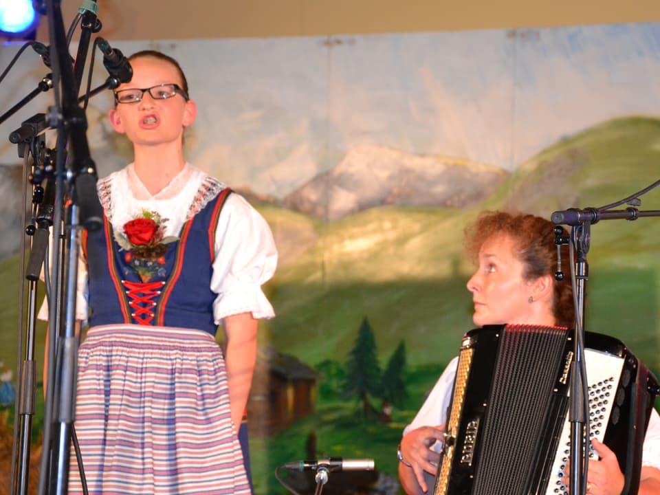 Solojodlerin Arlette Wismer wird bei ihrem Auftritt beim Wettbewerb «Folklorenachwuchs 2013» am Akkordeon von Doris Erdin begleitet.
