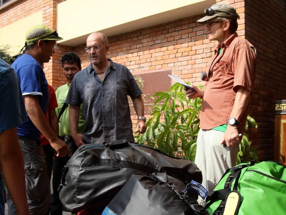 Radio SRF1-Mann Tommy Dätwyler (rechts) und Alpinist Kari Kobler überprüfen das Gepäck.