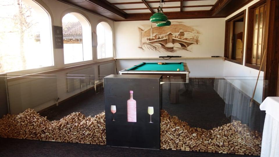 Maisa da billard e decoraziun cun stapuns da vin