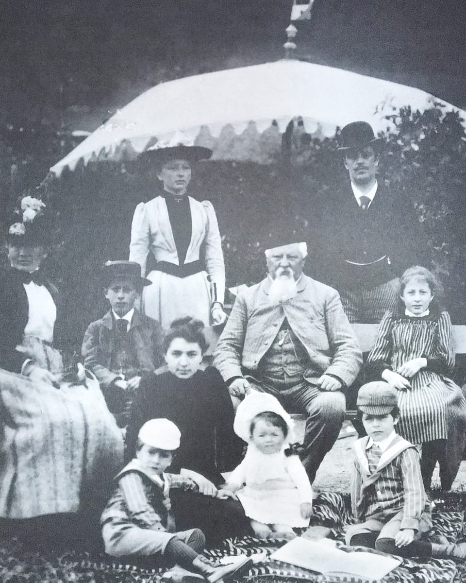 Martin Stiffler e sia famiglia suenter ses return en il Grischun (ca. 1885)