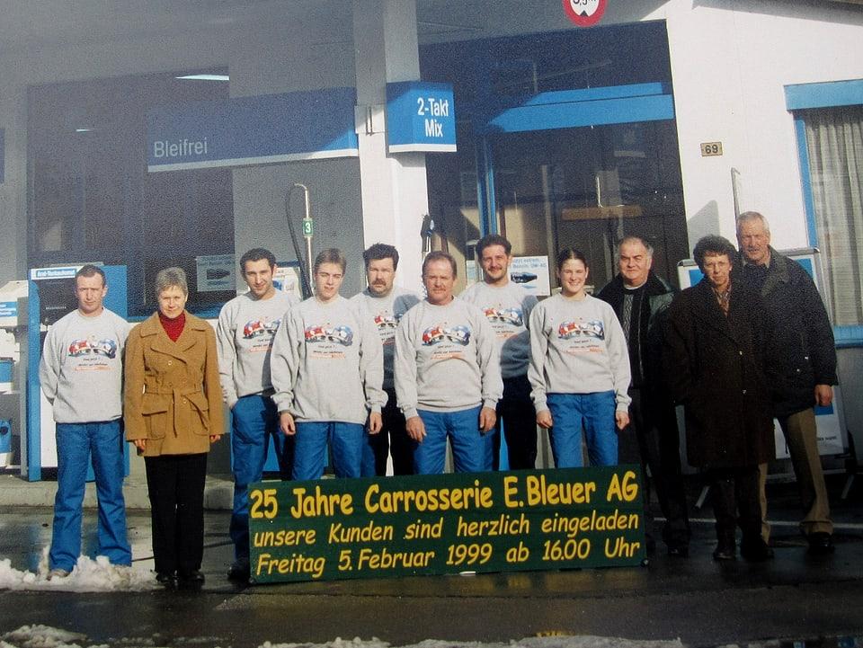 Erwin Bleuer mit Angestellten vor der Carosserie in Studen.