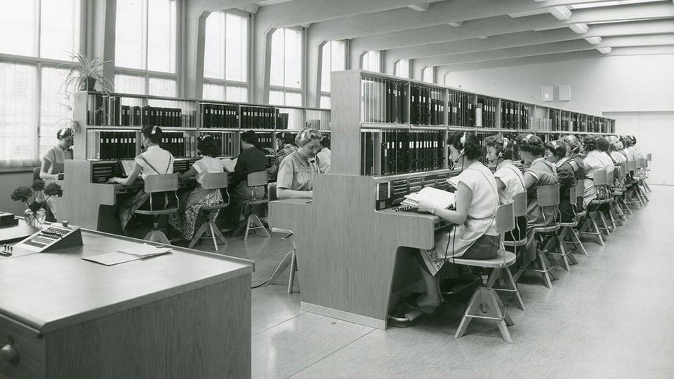 Eine etwas modernere Telefonzentrale in der Shilpost im Jahre 1955