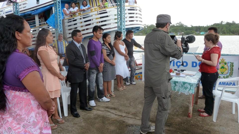 Richterin Fabiana Da Silva vom Justizschiff traut sechs Paare auf dem Schiffssteg.