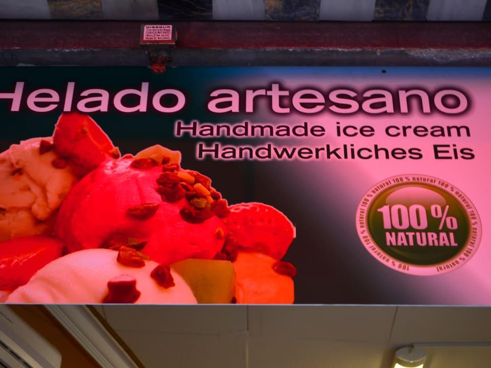 Schild: Das selbstgemachte Eis wird zum handwerklichen Eis.