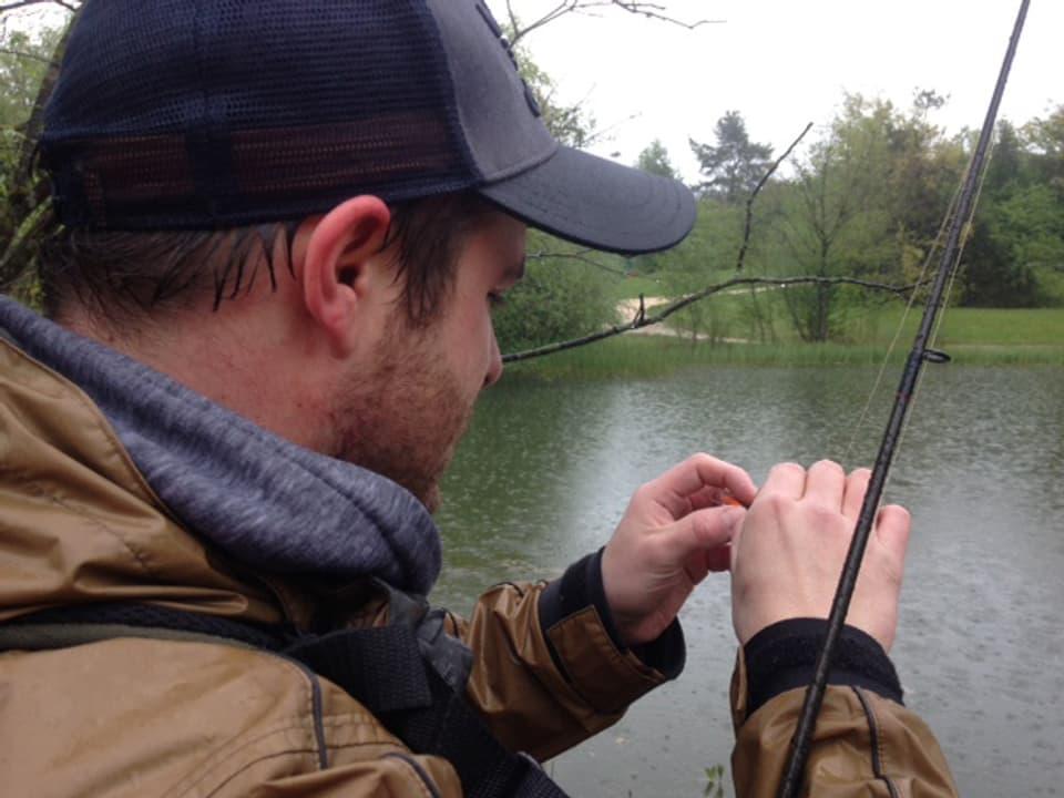 Adrian Muster fischt bei jedem noch so schlechtem Wetter und das inmitten der Stadt Zürich, hier im Irchelpark.