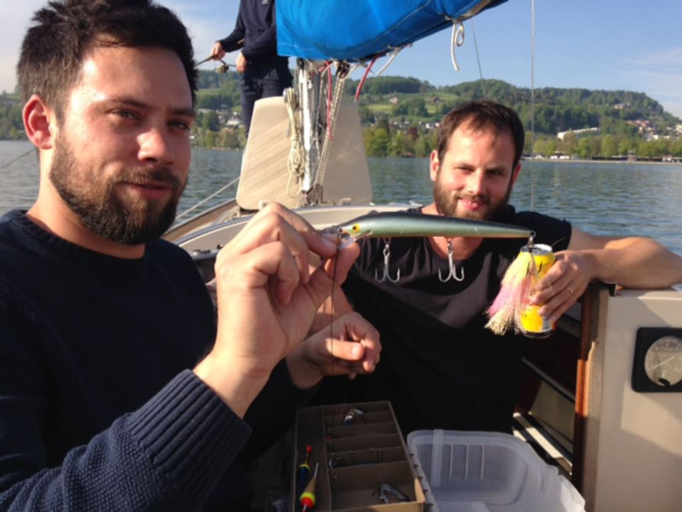 Nils und Mario fischen seit einigen Jahren zusammen. Fischen heisst für sie entspannen und Zeit mit Freunden verbringen. Das Bier darf deshalb beim Fischen nie fehlen.
