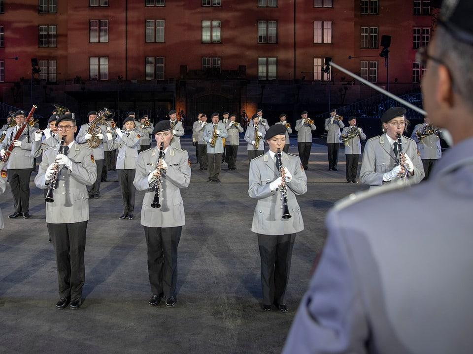 Blasorchester und Dirigent.