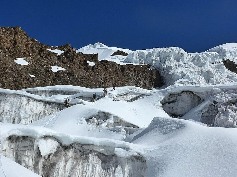 Alpinisten auf dem Gletscher.