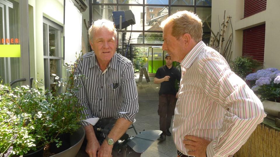 Kameramann Peter Ramseier und Kurt Aeschbacher sind im Aussenbereich ins Gespräch vertieft.