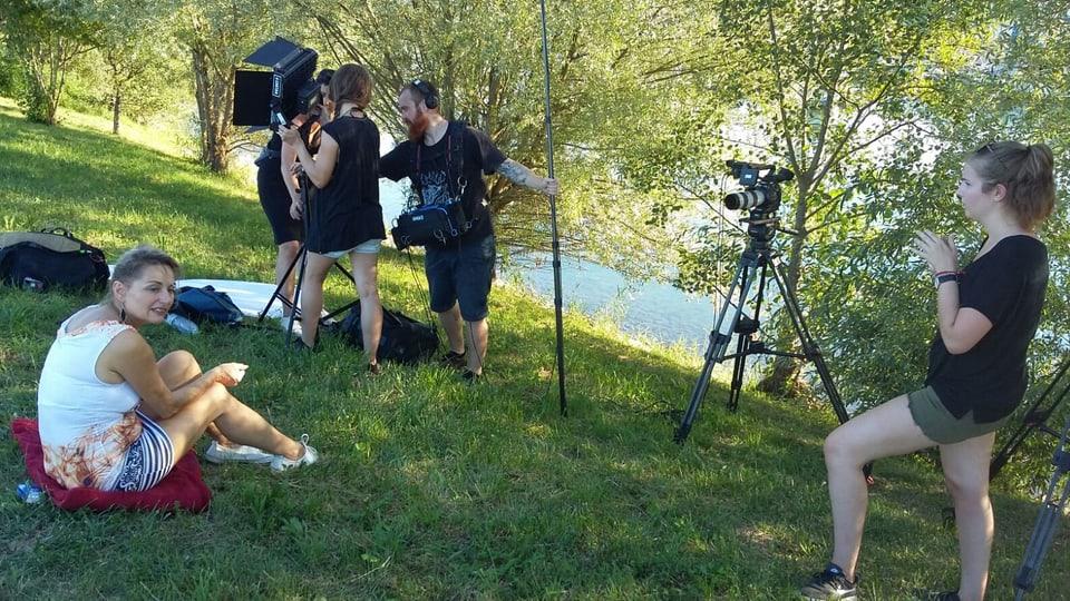 Dreharbeiten mit Sonja und Beat am Bodensee (v.l.n.r. Sonja sitzend, Kamerafrau Nathalie Kamber, Tonmann Benoit Barraud und Praktikantin Laura Lüthi).