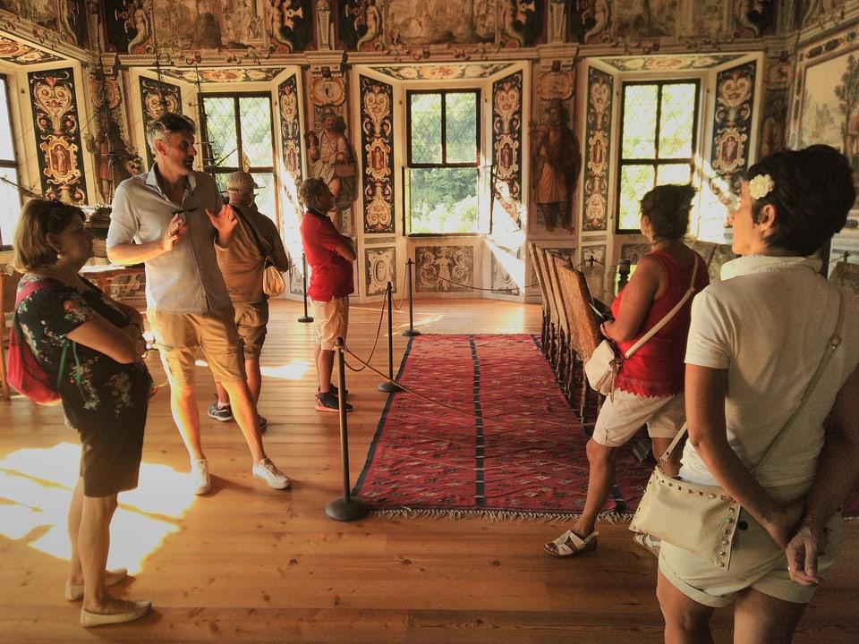 Il custode dal palazzo Vertemate, Ralph Oliver Gschwind, cun ina gruppa da visitaders. Il palazzo tutga tar las chasas signerilas las pli particularas en Vuclina.